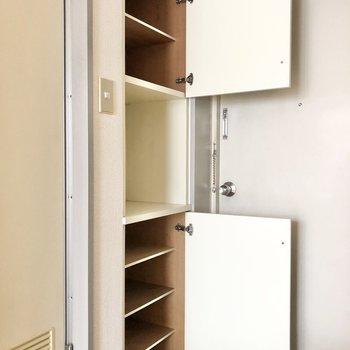 シューズボックスは上下に2つあります。真ん中のスペースはちょっとした飾り棚にしようかな。