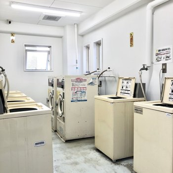 お部屋に洗濯機置場はありませんが、建物内に住民専用のランドリーがあります。