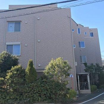 4階建の比較的低層なマンションです。建物の前には駐輪場もありました。