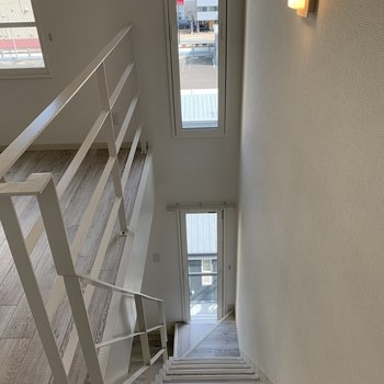 階段上から振り向くと 上下に窓開放感〜