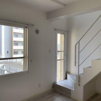 階段部分にも窓があり明るい
