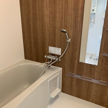 浴室は木目のシートが良い感じ