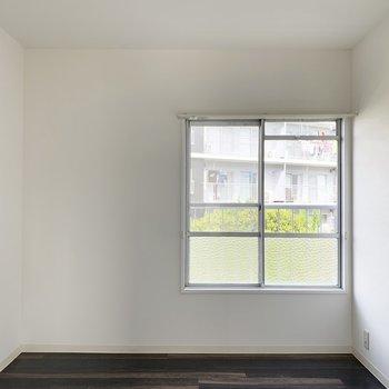 こちらはLDK脇の洋室。