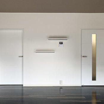 左は洋室へのドア、右は廊下へのドア。