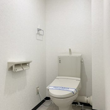 トイレは清潔感のある白を基調とした空間。