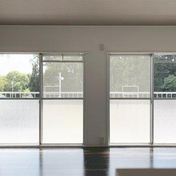 掃き出し窓が2つで明るい空間。