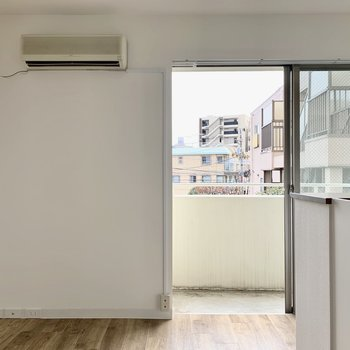 【DK】お部屋に入ると大きな窓から風が入り込みます。