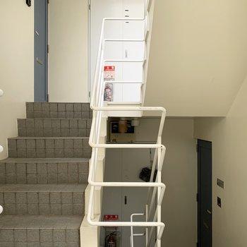 階段でお部屋まで移動になります。