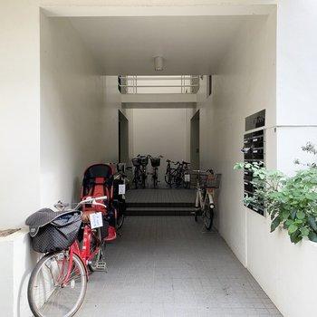 エントランスに自転車を置いてます。