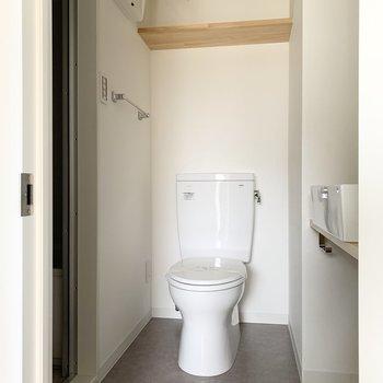 トイレ上に棚もあります。