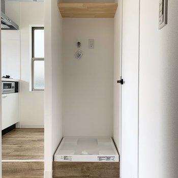 洗濯機置き場には棚もあります。