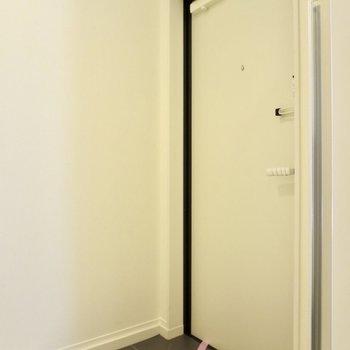玄関はこじんまりと