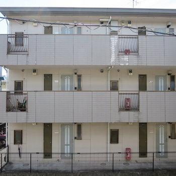 道路を挟んで向かい側にあるアパートが見えます