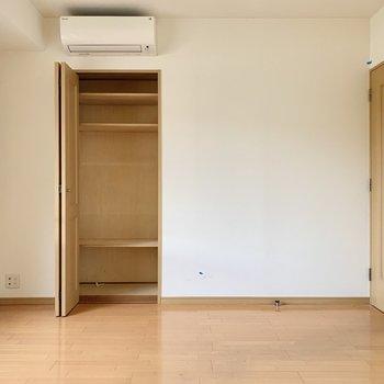 【洋室】反対側にも少し小さめの収納スペースが。※写真は前回募集時のものです