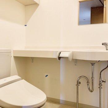 トイレにも洗面台が。横の物置スペースが便利。※写真は前回募集時のものです