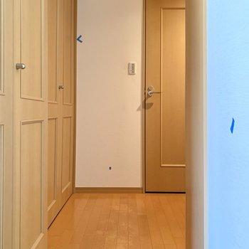 リビングダイニングキッチンから玄関に向かう廊下です。※写真は前回募集時のものです