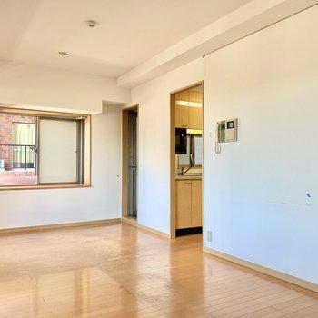 【LDK】居室の奥にはキッチンが。※写真は前回募集時のものです