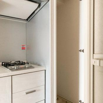 洗濯機置場はキッチンのお隣に。扉で隠れているので見た目もスッキリしています。