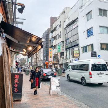 お部屋から約10分歩いたところ、広尾駅の周辺です。飲食店が立ち並び、賑わっていましたよ。
