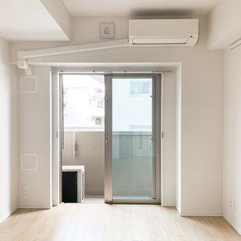 掃き出し窓なので、背の低いインテリアを選ぶとお部屋が開放的に見えますよ。