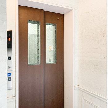 6階へはこちらのエレベーターで。