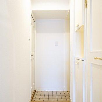 良いサイズの玄関。ドアのデザインがカワイイね。