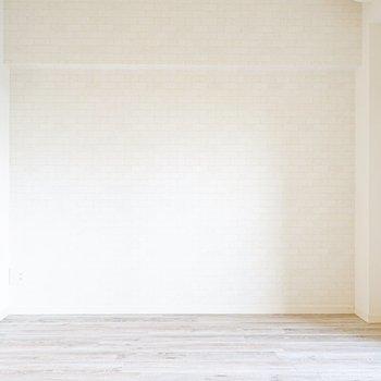 この可愛らしい壁に合わせるべきはなんだろうな…