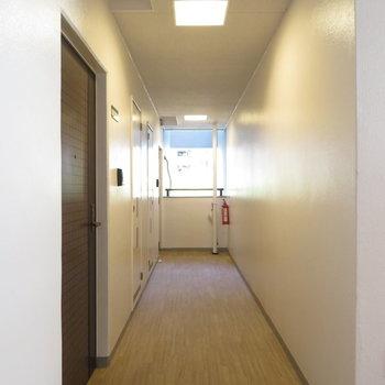 廊下も綺麗ですよ。夜には暖色の照明のおかげかホテルみたいになるそう