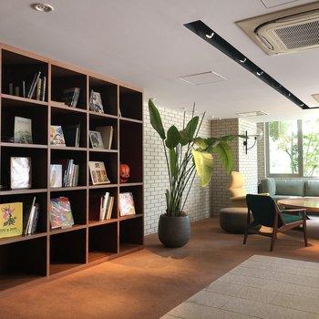 共用部には本とソファが。