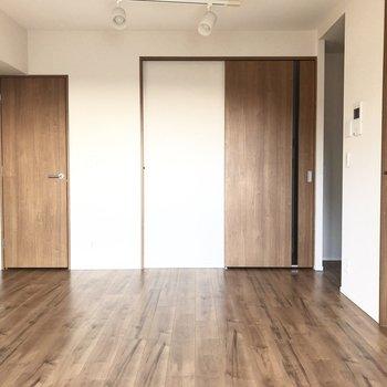 【LDK】左の扉は収納になっています。