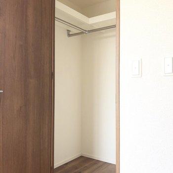 【洋室6.2帖】左側です。服を掛けておけそうなポールがあります。
