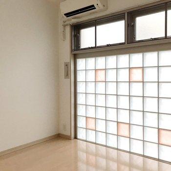 【1F】玄関近くの洋室はガラスブロックが印象的。