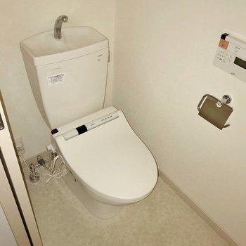 【1F】トイレはウォシュレット付きです(※フラッシュ撮影しています)