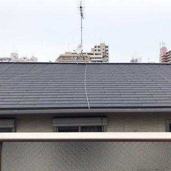 【2F】目の前は民家の屋根。人目は気になりません。