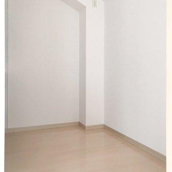 【2F】キッチン向かいに冷蔵庫や食器棚を置けます。