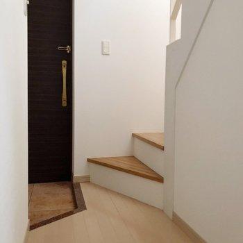 【1F】玄関入ってすぐに階段があります。