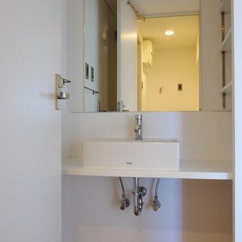 ダイニングから洗面スペースに。※写真は4階の同間取り別部屋のものです
