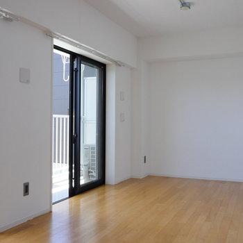 【LDK】開口部が2箇所。※写真は4階の同間取り別部屋のものです
