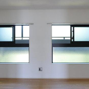 【洋室】こちらも開口部は2箇所。※写真は4階の同間取り別部屋のものです
