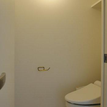 お隣にトイレがあります。※写真は4階の同間取り別部屋のものです