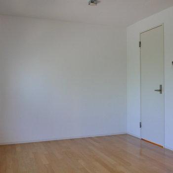 【洋室】収納がこちらにも。※写真は4階の同間取り別部屋のものです