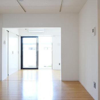 【LDK】奥のリビングスペースへ。※写真は4階の同間取り別部屋のものです