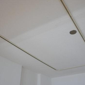 【ディテール】キッチン上・天井。※写真は4階の同間取り別部屋のものです
