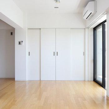 【LDK】エアコンもあります。※写真は4階の同間取り別部屋のものです