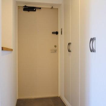 玄関スペース。※写真は4階の同間取り別部屋のものです