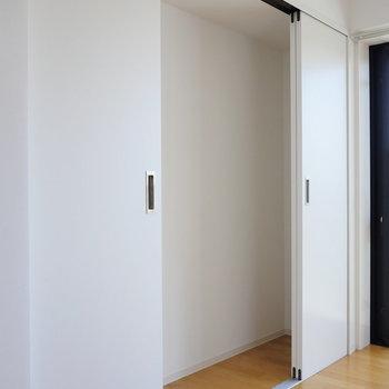 【LDK】収納は奥行き狭め。※写真は4階の同間取り別部屋のものです