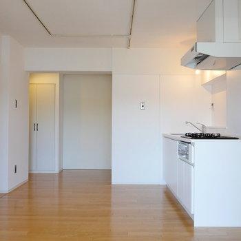 【LDK】リビングから振り返って。※写真は4階の同間取り別部屋のものです