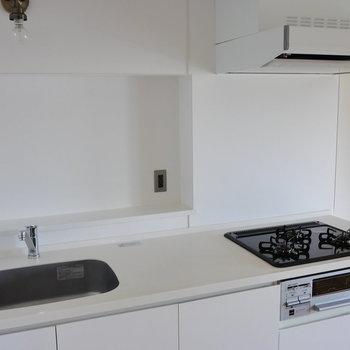 【LDK】キッチンはガスの3口コンロ。※写真は4階の同間取り別部屋のものです