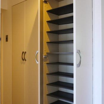 玄関収納は同じものが2つ。※写真は4階の同間取り別部屋のものです