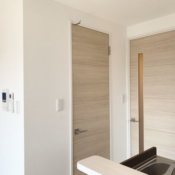 お部屋の収納はキッチン横のこちらの扉。